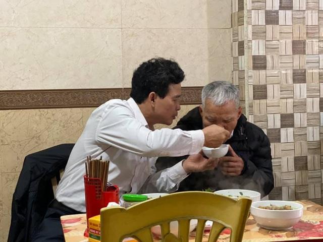 Hình ảnh người con trai lớn tuổi đút từng thìa bún rồi động viên Bố cố ăn hết bát này nhé khiến nhiều người nghẹn ngào - Ảnh 3.