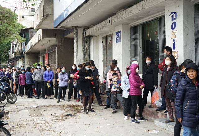 Hà Nội: Rồng rắn xếp hàng gần 2 giờ để mua 5 chiếc khẩu trang kháng khuẩn - Ảnh 3.