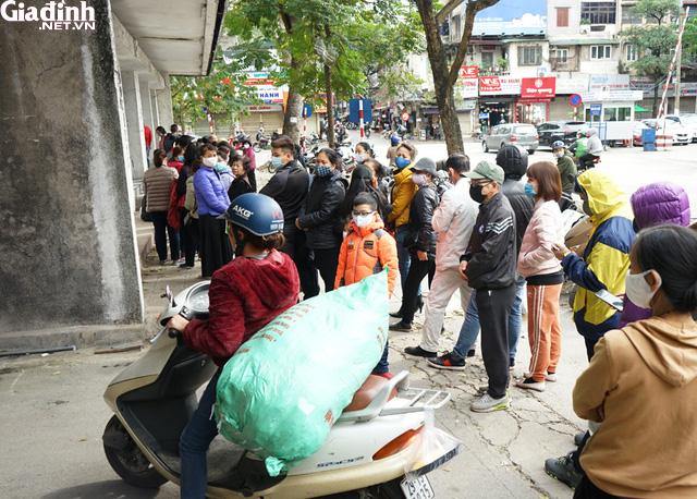 Hà Nội: Rồng rắn xếp hàng gần 2 giờ để mua 5 chiếc khẩu trang kháng khuẩn - Ảnh 13.