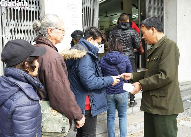 Hà Nội: Rồng rắn xếp hàng gần 2 giờ để mua 5 chiếc khẩu trang kháng khuẩn - Ảnh 12.