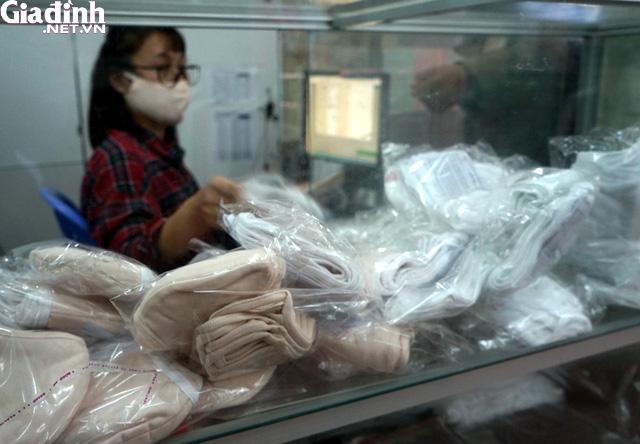 Hà Nội: Rồng rắn xếp hàng gần 2 giờ để mua 5 chiếc khẩu trang kháng khuẩn - Ảnh 14.
