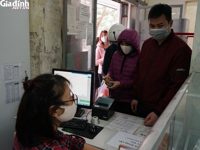 Hà Nội: Rồng rắn xếp hàng gần 2 giờ để mua 5 chiếc khẩu trang kháng khuẩn - Ảnh 15.