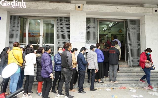 Hà Nội: Rồng rắn xếp hàng gần 2 giờ để mua 5 chiếc khẩu trang kháng khuẩn - Ảnh 16.