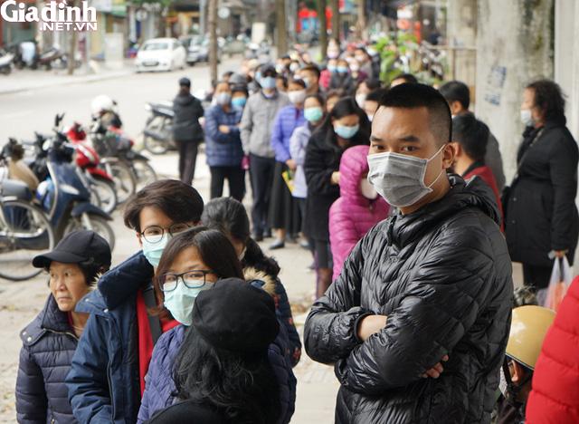 Hà Nội: Rồng rắn xếp hàng gần 2 giờ để mua 5 chiếc khẩu trang kháng khuẩn - Ảnh 5.