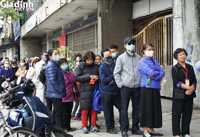 Hà Nội: Rồng rắn xếp hàng gần 2 giờ để mua 5 chiếc khẩu trang kháng khuẩn - Ảnh 6.