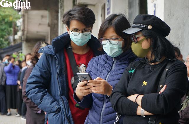 Hà Nội: Rồng rắn xếp hàng gần 2 giờ để mua 5 chiếc khẩu trang kháng khuẩn - Ảnh 7.