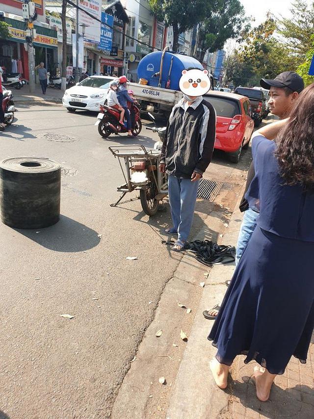 Bị xe máy đâm móp ô tô, vỡ gương, cặp vợ chồng vừa xuống xe đã có hành động khiến tất cả bất ngờ - Ảnh 2.