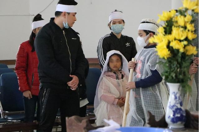 Vụ người mẹ tử nạn khi dắt con đi bộ trên cầu Thanh Trì: Bất ngờ gia cảnh của nạn nhân - Ảnh 2.