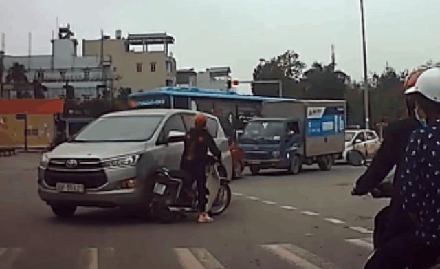 Dừng xe máy bấm điện thoại giữa đường, cô gái đỏ mặt trước hành động của tài xế ô tô - Ảnh 1.