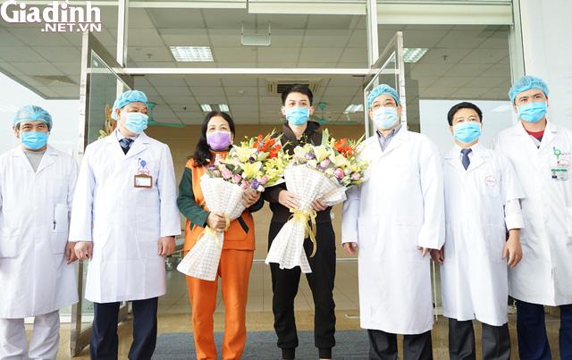 Nữ bệnh nhân khỏi COVID-19 rưng rưng cảm ơn bác sĩ - Ảnh 3.