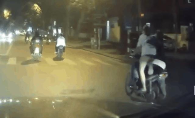 Chở nhau trên xe máy không đội mũ bảo hiểm, màn đổi xế của 2 cô gái trẻ khiến tài xế đi sau phải bấm còi cảnh bảo liên tục - Ảnh 1.