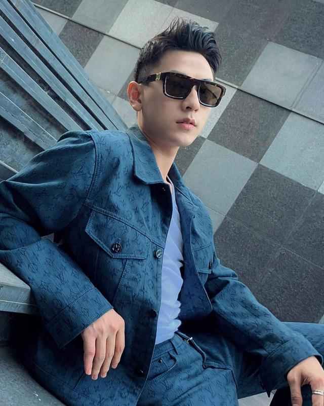 Sơn Tùng diện đồ như trai châu Âu, Trấn Thành đeo túi Dior 2.700 USD - Ảnh 4.
