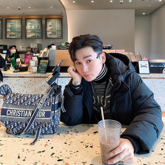 Sơn Tùng diện đồ như trai châu Âu, Trấn Thành đeo túi Dior 2.700 USD - Ảnh 9.