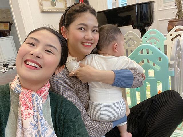 Á hậu Thanh Tú ôm con đi hội ngộ đội mỹ nhân Hoa hậu Việt Nam - Ảnh 1.