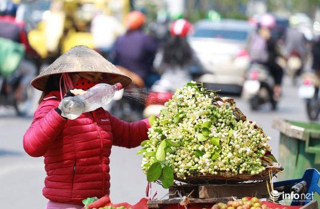 Hoa bưởi đầu mùa xuống phố, thơm nồng nàn khắp phố phường Hà Nội - Ảnh 1.