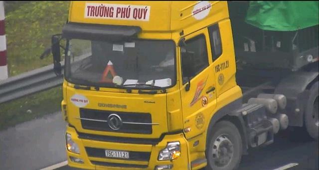 Ô tô tải liều lĩnh đi lùi trên cao tốc Hà Nội - Hải Phòng - Ảnh 1.