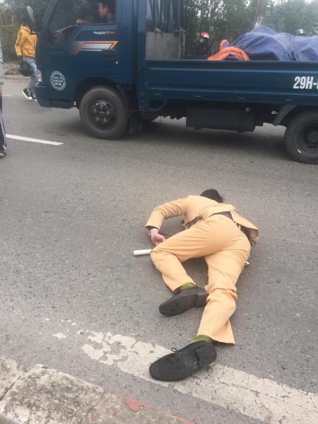 Đôi nam nữ đi xe máy vượt đèn đỏ, tông CSGT bất tỉnh trên QL 32 - Ảnh 2.