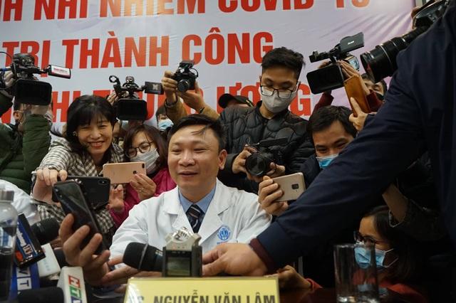 Mẹ em bé mắc COVID-19 đầu tiên ở Việt Nam kìm nén nước mắt ngày con ra viện - Ảnh 3.