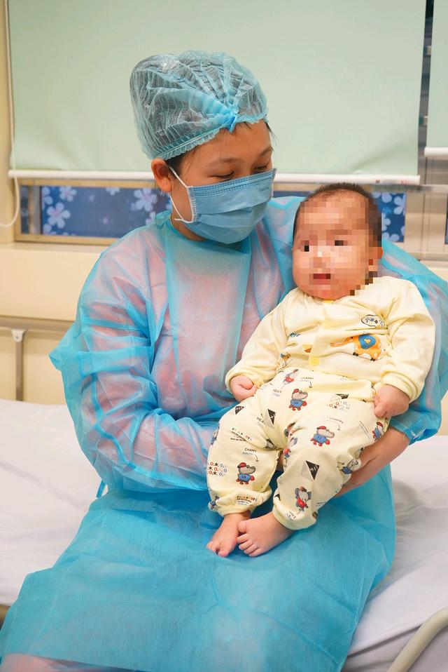 Mẹ em bé mắc COVID-19 đầu tiên ở Việt Nam kìm nén nước mắt ngày con ra viện - Ảnh 5.