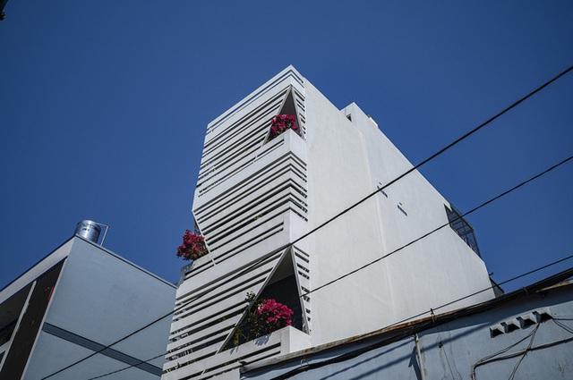 Ngôi nhà nổi bần bật giữa phố của một giám đốc ở Sài Gòn - Ảnh 2.