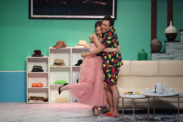Mỹ nhân Việt sở hữu 50 tỷ tuột váy thành đồ ngủ trên truyền hình - Ảnh 1.
