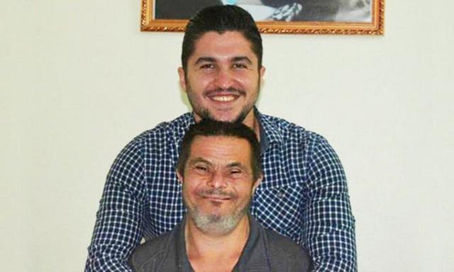 Ông bố mắc bệnh Down nuôi dạy cậu con trai bác sĩ - Ảnh 1.