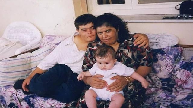 Ông bố mắc bệnh Down nuôi dạy cậu con trai bác sĩ - Ảnh 2.