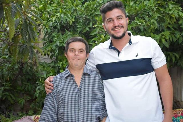 Ông bố mắc bệnh Down nuôi dạy cậu con trai bác sĩ - Ảnh 4.