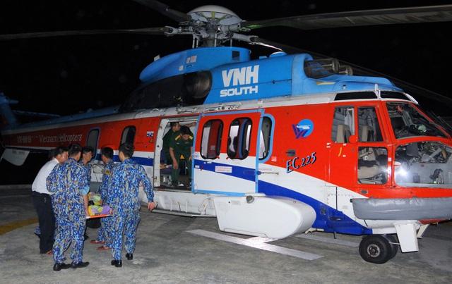 Trực thăng vượt biển ra đưa 2 bệnh nhân Trường Sa về đất liền cấp cứu - Ảnh 1.