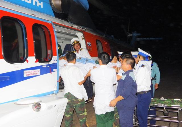 Trực thăng vượt biển ra đưa 2 bệnh nhân Trường Sa về đất liền cấp cứu - Ảnh 2.