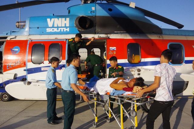Trực thăng vượt biển ra đưa 2 bệnh nhân Trường Sa về đất liền cấp cứu - Ảnh 4.