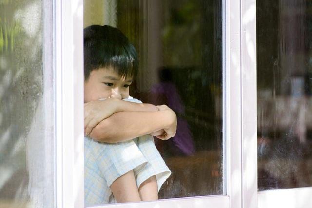 Con trai luôn nói có ai đó ở ngoài cửa sổ, mẹ mắng con linh tinh nhưng đưa đi kiểm tra thì bàng hoàng với kết quả nhận được - Ảnh 1.