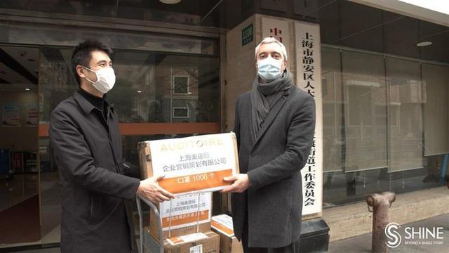 CEO Pháp không ngần ngại trở lại Trung Quốc để tặng 2.000 khẩu trang - Ảnh 1.