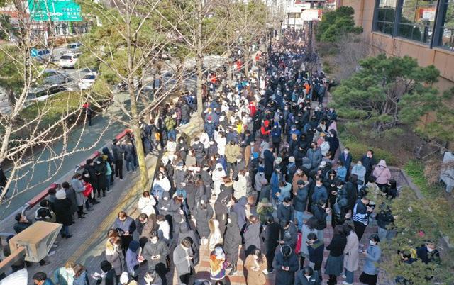 Hành động tuyệt vời của siêu thị Hàn Quốc giúp người dân giữa tâm dịch COVID-19 - Ảnh 7.
