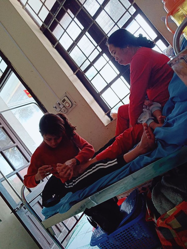 Hình ảnh con dâu cần mẫn ngồi cắt móng chân cho mẹ chồng trên giường bệnh khiến nhiều người xúc động - Ảnh 2.