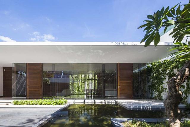 Ngôi nhà 1 tầng mát mẻ quanh năm nhờ cây xanh phủ khắp lối - Ảnh 1.