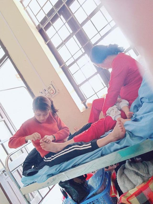 Hình ảnh con dâu cần mẫn ngồi cắt móng chân cho mẹ chồng trên giường bệnh khiến nhiều người xúc động - Ảnh 3.