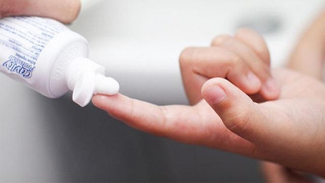 Vứt nước tẩy rửa độc hại đi, các loại bồn rửa trong nhà tắm sẽ trắng sáng, sạch mùi hôi chỉ với 1 ít kem đánh răng - Ảnh 5.