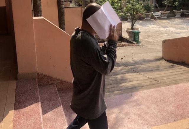 Kẻ hiếp dâm bé gái 14 tuổi che mặt khi rời tòa - Ảnh 1.