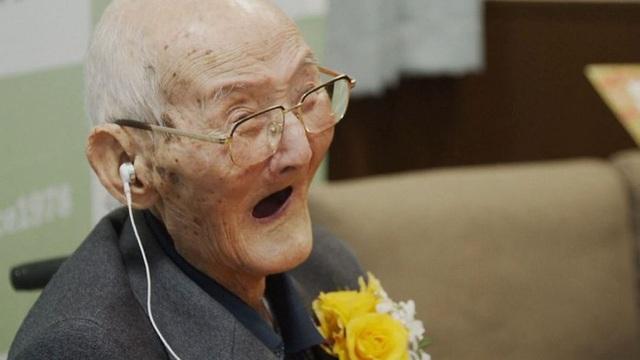 Người đàn ông sống lâu nhất thế giới qua đời - Ảnh 1.