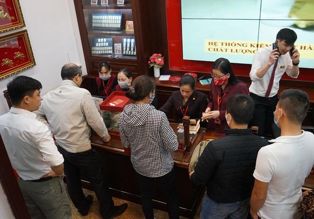 Hà Nội: Người dân xếp hàng chờ mua, bán vàng trong lúc giá nhảy múa từng giờ - Ảnh 7.