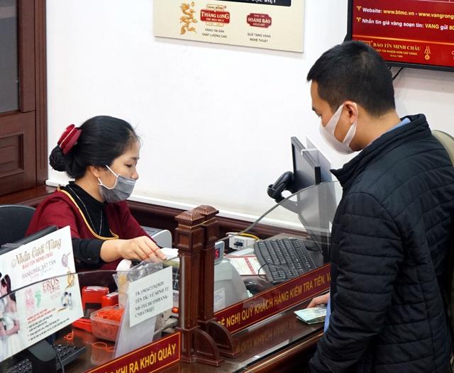Hà Nội: Người dân xếp hàng chờ mua, bán vàng trong lúc giá nhảy múa từng giờ - Ảnh 8.