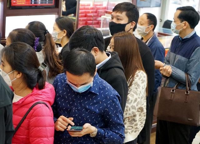 Hà Nội: Người dân xếp hàng chờ mua, bán vàng trong lúc giá nhảy múa từng giờ - Ảnh 9.