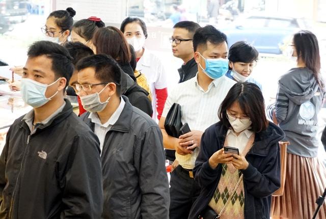 Hà Nội: Người dân xếp hàng chờ mua, bán vàng trong lúc giá nhảy múa từng giờ - Ảnh 10.