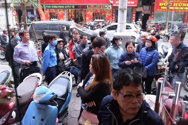 Hà Nội: Người dân xếp hàng chờ mua, bán vàng trong lúc giá nhảy múa từng giờ - Ảnh 2.