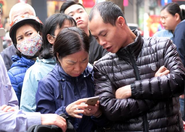 Hà Nội: Người dân xếp hàng chờ mua, bán vàng trong lúc giá nhảy múa từng giờ - Ảnh 3.