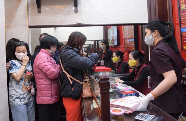 Hà Nội: Người dân xếp hàng chờ mua, bán vàng trong lúc giá nhảy múa từng giờ - Ảnh 4.