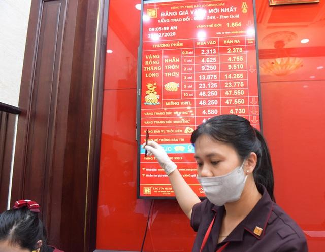 Hà Nội: Người dân xếp hàng chờ mua, bán vàng trong lúc giá nhảy múa từng giờ - Ảnh 5.