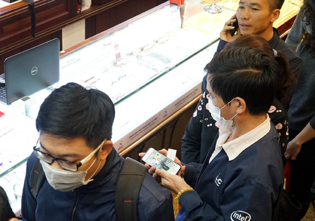 Hà Nội: Người dân xếp hàng chờ mua, bán vàng trong lúc giá nhảy múa từng giờ - Ảnh 11.