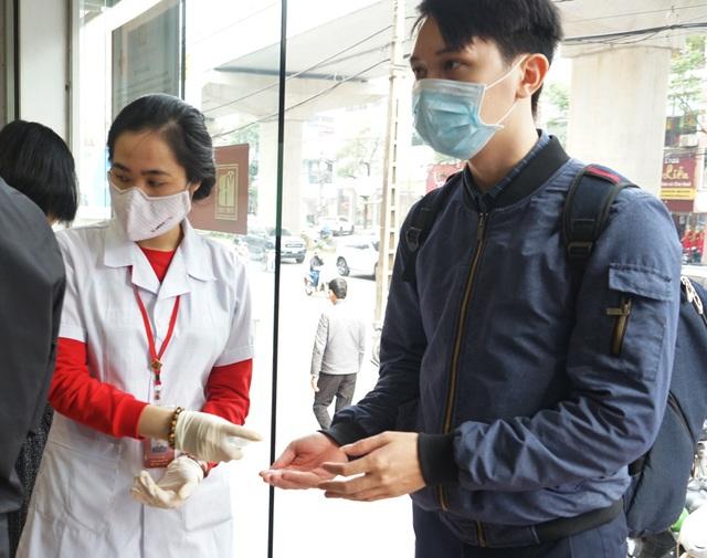 Hà Nội: Người dân xếp hàng chờ mua, bán vàng trong lúc giá nhảy múa từng giờ - Ảnh 15.